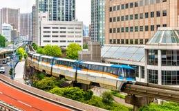 Tokyo-Einschienenbahn an der Tennozu-Insel-Station stockbilder