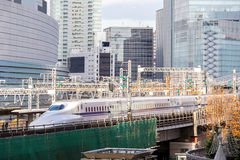 Tokyo-Eisenbahn mit Skylinen Lizenzfreies Stockbild