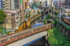 Tokyo en stad mellan historia och framtid royaltyfri bild