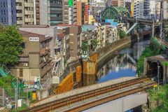 Tokyo en stad mellan historia och framtid fotografering för bildbyråer