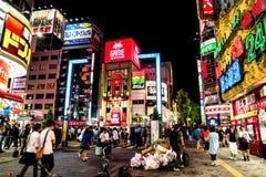 Tokyo - enseignes colorées la nuit Shinjuku Photographie stock