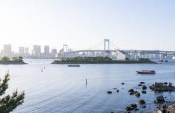 Tokyo fjärd och regnbågebro fotografering för bildbyråer