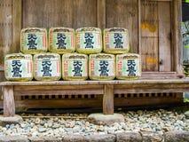 Tokyo, Giappone - 24 agosto 2017: I barilotti della causa avvolti in paglia in Yoyogi parcheggiano vicino a Meiji Shrine L'alcool Fotografie Stock Libere da Diritti