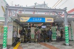 Tokyo, Giappone - 8 febbraio 2014: Stazione di Shimo-kitazawa con la caduta della neve Immagine Stock