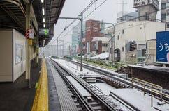 Tokyo, Giappone - 8 febbraio 2014: Stazione ferroviaria del Giappone con neve f Fotografia Stock Libera da Diritti