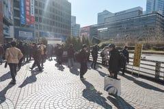 TOKYO, GIAPPONE - 25 GENNAIO 2017: Area della stazione di Tokyo Shinjuku Zona fumatori Immagine Stock