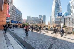 TOKYO, GIAPPONE - 25 GENNAIO 2017: Area della stazione di Tokyo Shinjuku Zona fumatori Fotografia Stock