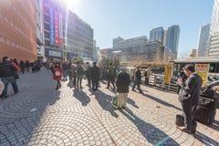 TOKYO, GIAPPONE - 25 GENNAIO 2017: Stazione di Tokyo Shinjuku fuori Zona fumatori Fotografie Stock Libere da Diritti