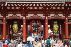 Tokyo, Giappone - 17 giugno 2015: Folla di Hatsumode a Asakusa a Tokyo, Giappone Il tempio di Sensoji nell'area di Asakusa è l'im Immagini Stock
