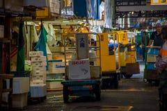 TOKYO, GIAPPONE 28 GIUGNO - 2017: Lavoratori non identificati con una piccola macchina di giallo del carico, dentro di un mercato Immagine Stock Libera da Diritti