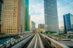 TOKYO, GIAPPONE 28 GIUGNO - 2017: Paesaggio di un treno che viaggia sulla ferrovia elevata della linea di Yurikamome in Odaiba, M Fotografia Stock Libera da Diritti
