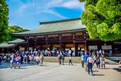 TOKYO, GIAPPONE: I turisti stanno visitando Meiji Shrine situata in Shibuya, Tokyo fotografia stock libera da diritti