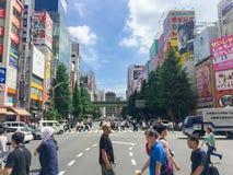TOKYO, GIAPPONE - 26 luglio 2017: Pendolari alla ferrovia di Harajuku Giappone Fotografia Stock