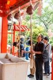 Tokyo, Giappone - 25 maggio 2014 molti gente donano i soldi e benedic Fotografie Stock