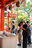 Tokyo, Giappone - 25 maggio 2014 molti gente donano i soldi e benedic Immagine Stock