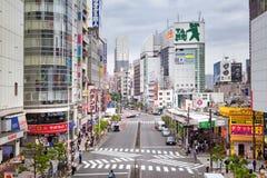 TOKYO, GIAPPONE - 18 maggio 2016: Shibuya, ` s la zona commerciale che circonda la stazione ferroviaria di Shibuya Questa area è  Immagine Stock Libera da Diritti