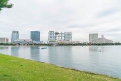 Tokyo, Giappone - 16 novembre 2016: Barca di crociera di Tokyo che gira nella parte anteriore Fotografie Stock Libere da Diritti