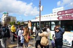 Tokyo, Giappone - 15 novembre 2017: Fermata dell'autobus alla fermata dell'autobus la stazione di Kawaguchiko Immagine Stock Libera da Diritti