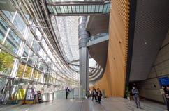 Tokyo, Giappone - 26 novembre 2013: Forum dell'internazionale di Tokyo di visita della gente Fotografia Stock Libera da Diritti