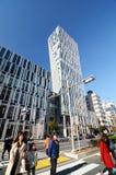 Tokyo, Giappone - 24 novembre 2013: La gente cammina dall'architettura futuristica sulla via di Omotesando Fotografia Stock