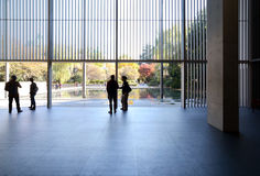 TOKYO, GIAPPONE - 22 NOVEMBRE: La gente visita l'interno della galleria della H Fotografie Stock