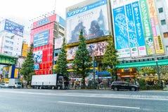 TOKYO, GIAPPONE - 26 novembre 2015: Passaggi ammucchiati di traffico della gente Fotografia Stock Libera da Diritti