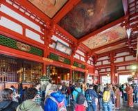 TOKYO, GIAPPONE - 31 OTTOBRE 2017: Gruppo di turisti all'altare Immagine Stock