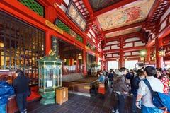 TOKYO, GIAPPONE - 31 OTTOBRE 2017: Gruppo di turisti all'altare Fotografia Stock Libera da Diritti