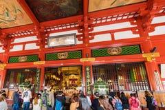 TOKYO, GIAPPONE - 31 OTTOBRE 2017: Gruppo di turisti all'altare nel tempio Asakusa Schrein Senso-ji Immagine Stock Libera da Diritti
