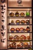 Tokyo, Giappone, 04 04 2017 Una vetrina alla moda con i modelli di alimento giapponese all'entrata al ristorante immagini stock