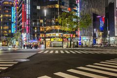 Tokyo, Giappone, 04/08/2017: Via di notte della metropoli fotografia stock