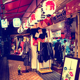Tokyo - Gloeiende opslagvertoning bij nacht in Koenji stock afbeelding