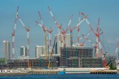 Tokyo-Hafen Krane-Tanzen im Himmel stockfotos
