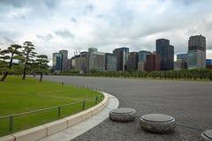 Tokyo horisont i de östliga trädgårdarna för imperialistisk slott, Japan Royaltyfri Foto