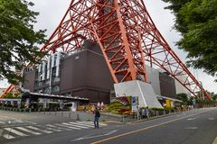 Tokyo - il Giappone, il 18 giugno 2017: Turisti che passano dalla città del piede Fotografie Stock Libere da Diritti