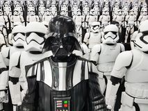 TOKYO JAPAN, Akihabara, 10 - JULI, 2017: Krig för exponeringsmodellstjärna figurerar stormtroopers och Darth Vader Arkivbilder