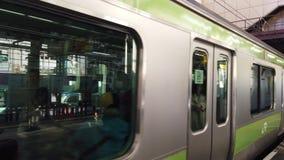 Tokyo Japan - April 28, 2019: Drevet av den JRYamanote linjen ankommer på den Hamamatsucho stationen i Tokyo, Japan Denna station arkivfilmer