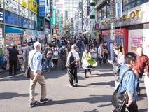 Tokyo Japan - April 19, 2018: folk på Kabukicho royaltyfria bilder