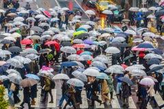 TOKYO JAPAN - APRIL 11, 2017 Folkmassa av folk som korsar Shibuya Royaltyfri Fotografi