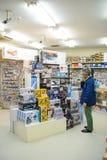 Tokyo Japan - April 3, 2015: Massor av hobbyenhet modellerar leksaker på hylla i Tokyo Japan arkivfoto