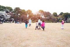 TOKYO JAPAN - APRIL 1ST: Besökaren på parkerar under den körsbärsröda blomningen Royaltyfria Bilder