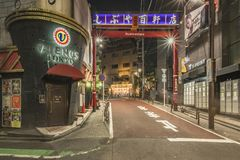 TOKYO, JAPAN - 21. August 2018: Rotes Portal der Einkaufsstraße Hyakkendana gelegen in einer Straße neben der Dogenzaka-Allee lizenzfreies stockbild