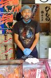 Tokyo Japan - Augusti, 3rd av 2017: Den tusentals fiskdiversehandeln omger den Tsukiji marknaden Arkivbilder