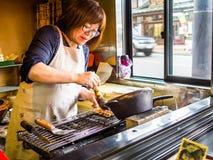 TOKYO, JAPAN - AUGUSTUS 5 2017: Niet geïdentificeerd vrouwen kokend voedsel binnen van een restaurant, in Tokyo Stock Foto's