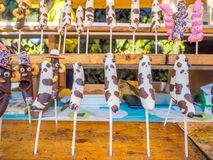 TOKYO, JAPAN - AUGUSTUS 5 2017: Sluit omhoog van bananen met chocolade met kleurrijke dragees in Tokyo worden behandeld dat stock afbeeldingen