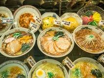 TOKYO, JAPAN - AUGUSTUS 5 2017: Sluit omhoog van Japans voedsel binnen van plastic zakken in Tokyo Stock Fotografie