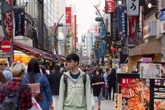 TOKYO, JAPAN-CIRKA MAY-2016: Akihabara-Bezirk in Tokyo, Japan Der Bezirk ist ein bedeutendes Einkaufsviertel für elektronisches,  Lizenzfreie Stockfotos