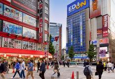 TOKYO JAPAN-CIRKA MAY-2016: Akihabara område i Tokyo, Japan Området är ett viktigt shoppa område för elektroniskt, datoren, Royaltyfria Foton