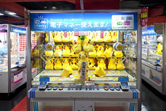 TOKYO,JAPAN- CIRKA MAY, 2016: Toy crane game vending machine at game center in Tokyo. Japan. Toy crane game vending machine at game center in Tokyo. Japan Stock Photos