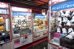 TOKYO,JAPAN- CIRKA MAY, 2016: Toy crane game vending machine at game center in Tokyo. Japan. Toy crane game vending machine at game center in Tokyo. Japan Royalty Free Stock Images